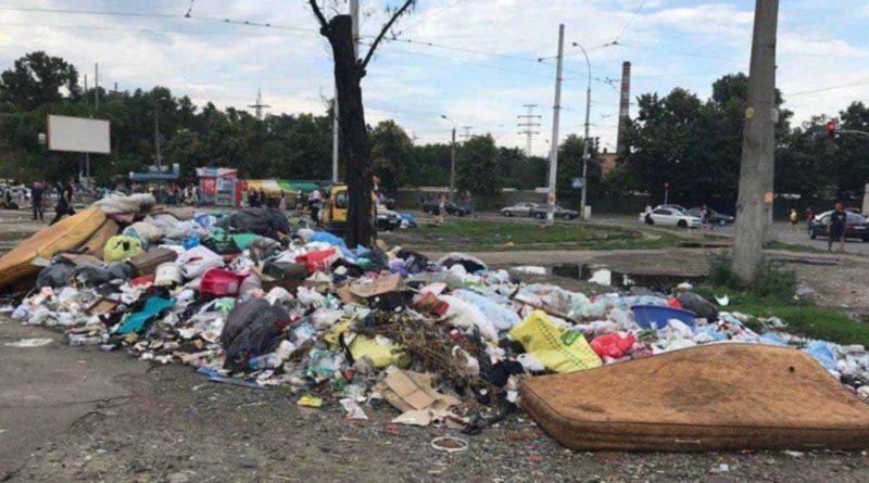 Петропавлівська площа перетворилася на смітник